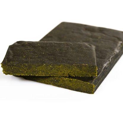 due pezzi di Hashish legale Gorilla Glue di cbd al 20%