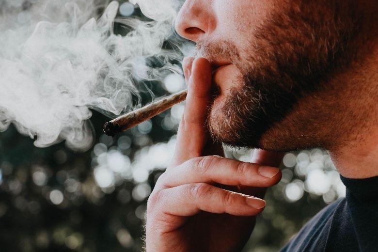 persona che fuma una canna prima di un attacco di panico