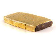 Tavoletta di Hashish legale ricoperta da una patina d'oro