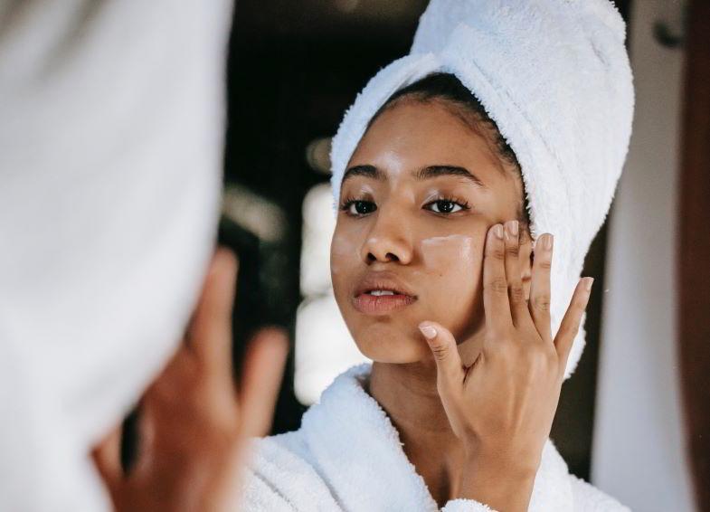 Crema alla canapa e proprietà cosmetiche per il viso.