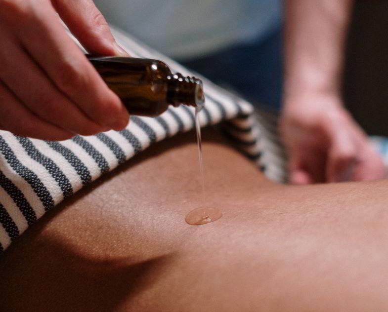 Olio di canapa e proprietà cosmetiche per il corpo.