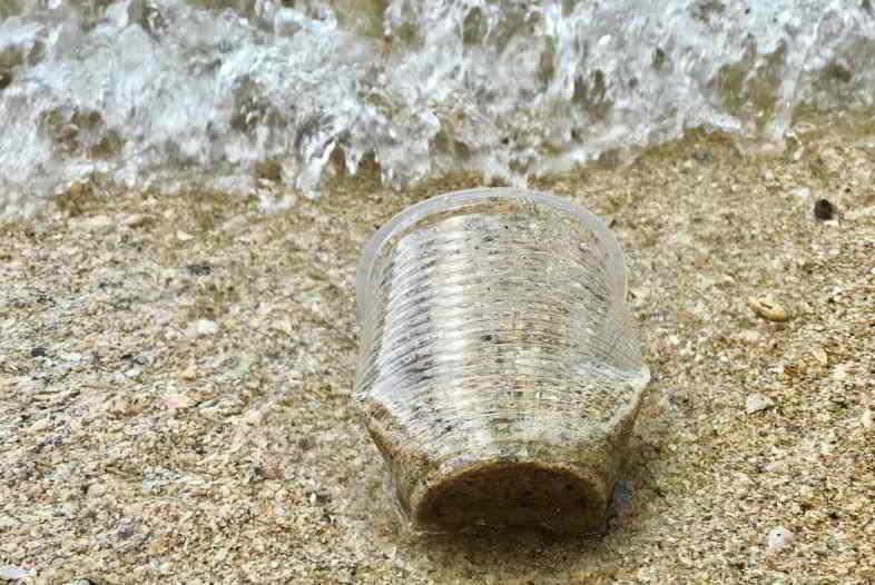 Plastica di canapa contro l'inquinamento ambientale.