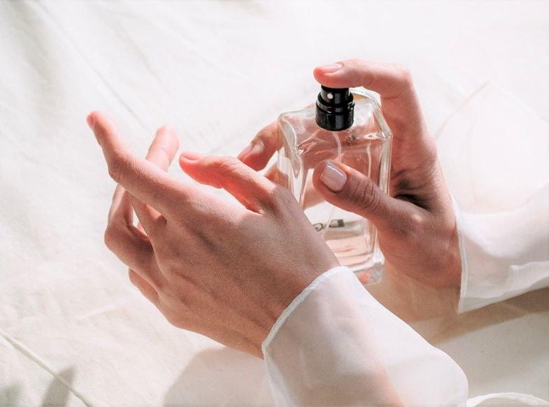 mano che spruzza profumo di canapa