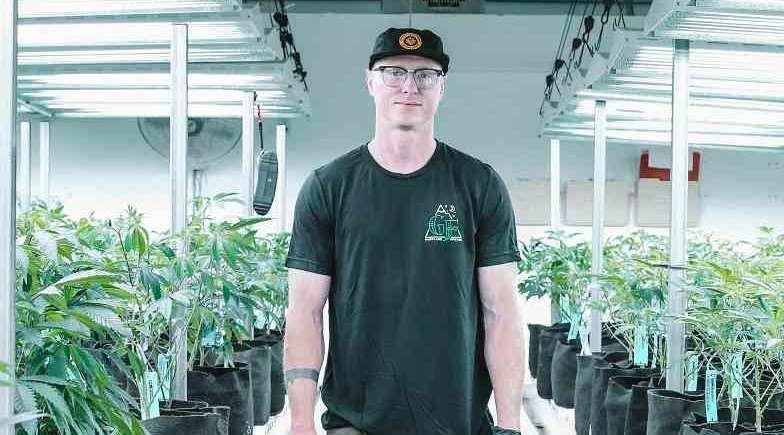 Un socio coltivatore del Cannabis social club